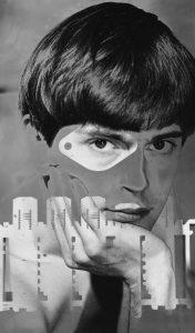 Valokuvanro 400001 ajoitus: 1960 valokuvatyyppi: mustavalkovedos asiasanat: ihminen ; mies ; valokuva ; muotokuva ; kasvokuva ; 1960-luku ; Kurenniemi, Erkki sisältökuvaus: Mustavalkoinen kasvokuva nuoresta, tummahiuksisesta miehestä. Katse suoraan eteenpäin, leuka nojaa kämmeneen. Kuvaa peittää osittain leikkauksin koristeltu, läpikuultava pinta. Nuori Erkki Kurenniemi, 1960-luku. Liimattu paperille. Digikuvanro 400001 skannaus 2010-08-16 skannaaja: Halkola, Kirsi digiluokitus: skannattu kuva digitointilaite: Epson V750 Pro kuvankäsittelyohjelmisto: Photoshop cs4